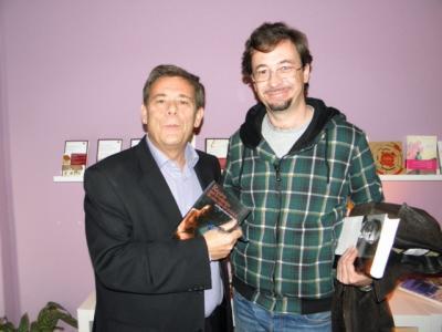 Una foto intercambiando firmas con Antonio Gomez Rufo